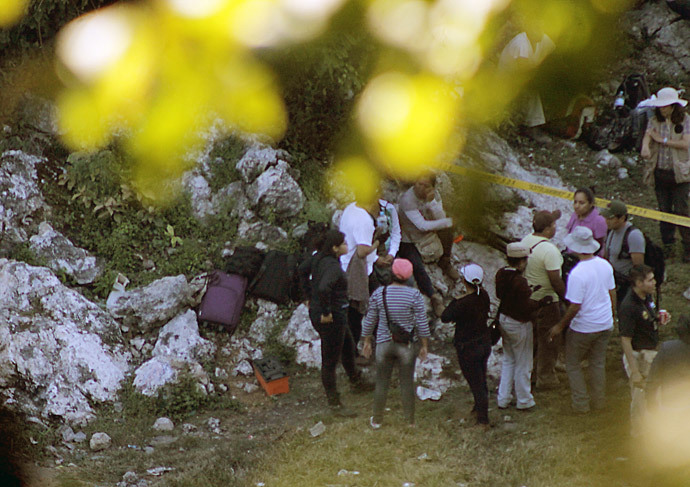 Forensic personnel arrive at the scene where a new mass grave has been discovered in a trash dump on the outskirts of Cocula, Guerrero state, Mexico on October 27, 2014. (AFP Photo / Jesus Guerrero)