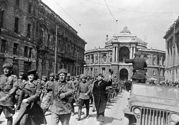 Soviet soldiers marching in liberated Odessa. (RIA Novosti / Zelma)