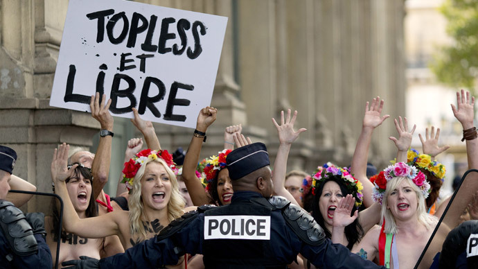 Topless FEMEN runs wild in Paris, cop rams into wall failing to catch activist (VIDEO)