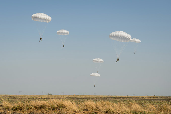 Paratroopers land during a joint Russian-Belarusian tactical exercise in the Krasnodar Territory. (RIA Novosti/Mihail Mokrushin)