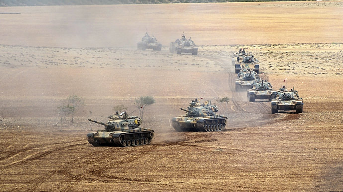 Turkish Army tanks take position as they turn towards the Syrian city of Kobani on September 29, 2014 in Suruc after three mortars hit the Turkish side. (AFP Photo)