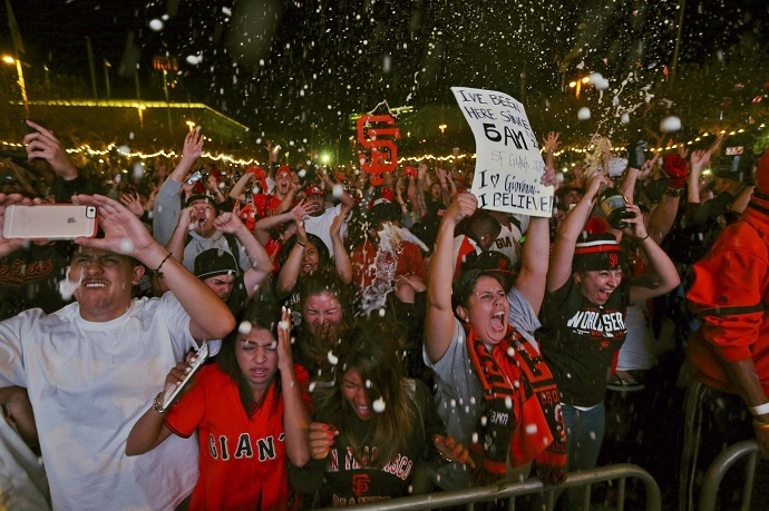 Fans celebrate after the San Francisco Giants defeated the Kansas City Royals to win the World Series (Reuters/Robert Galbraith)