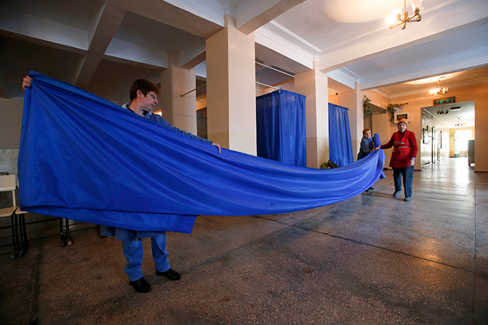 Members of a local electoral commission prepare voting booths at a polling station in Yasynuvata (Yasinovataya) in Donetsk region, eastern Ukraine, October 30, 2014 (Reuters / Maxim Zmeyev)