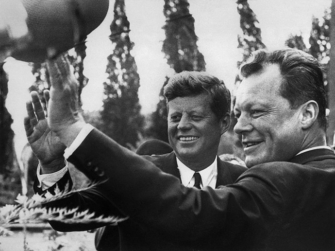 US President John F. Kennedy (left) and Mayor of West Berlin Willy Brandt wave to the crowd during the president's visit, on June 26, 1963. (AFP Photo)