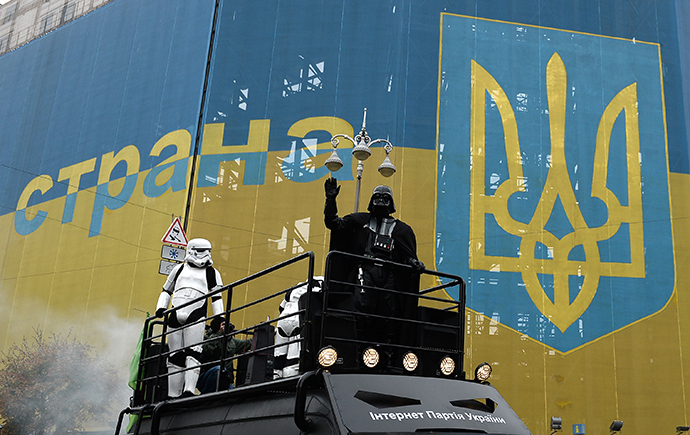 Darth Vader (center), leader of the Ukrainian Internet Party, campaigns for the extraordinary parliamentary election set for October 26, 2014 (Reuters / Maksim Blinov)
