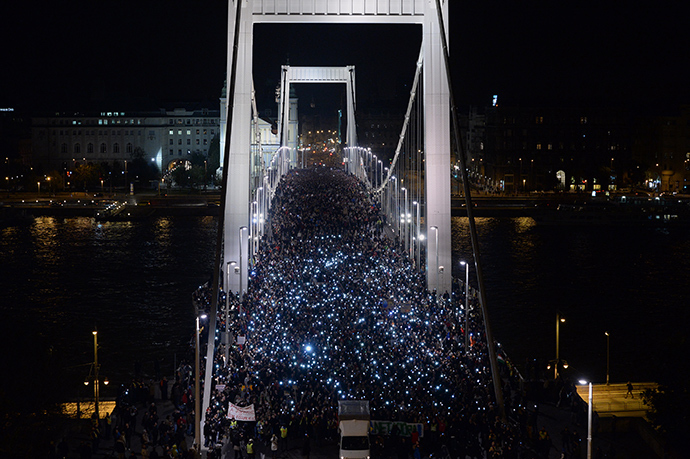 Ten-thousand participants march accross the Elisabeth bridge during an anti-government rally against the goverment's new tax plan for the introduction of the internet tax next year in Budapest on October 28, 2014 (Reuters / Attila Kisbenedek)
