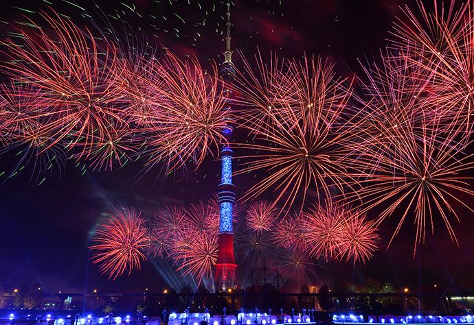 Fireworks by the Ostankino pond during the Circle of Light international festival (RIA Novosti / Vladimir Astapkovich)