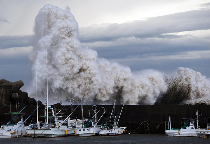 High waves batter a breakwater at a port at Kihou town in Mie prefecture, central Japan on October 6, 2014 (AFP Photo / Jiji Press)