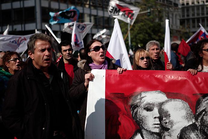 Manifestantes dos slogans PAME sindical mensagem comunistas filiados durante um comício anti-austeridade em Atenas 01 de novembro de 2014 (Reuters / Alkis Konstantinidis)