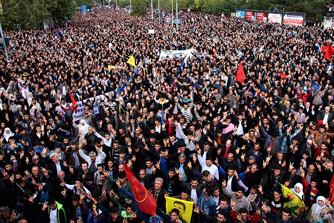 Demonstrators gesture as they gather to protest against Islamic State during a rally in solidarity with the people of the Syrian Kurdish town of Kobani, in Diyarbakir, in the Kurdish dominated southeastern Turkey November 1, 2014 (Reuters / Sertac Kayar)