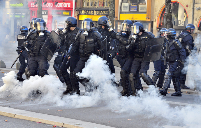 Police clash with protesters on November 1, 2014 in Nantes, western France (AFP Photo / Georges Gobet)