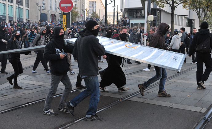 Protesters carry a gate on November 1, 2014 in Nantes, western France (AFP Photo / Georges Gobet)