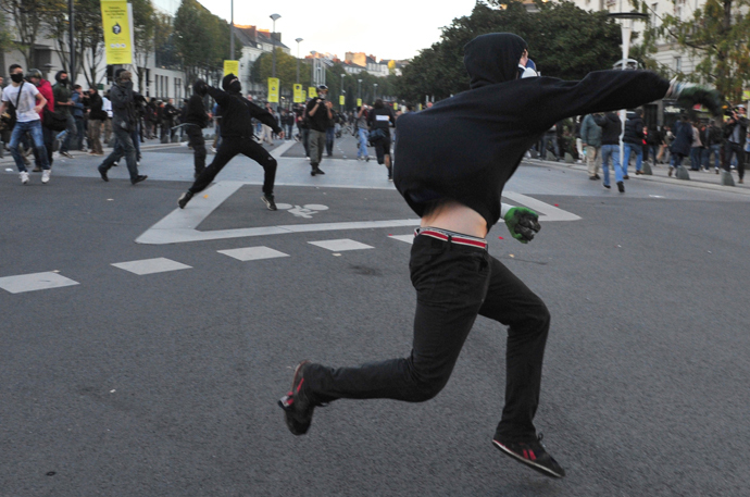 Protesters throw stones on November 1, 2014 in Nantes, western France (AFP Photo / Georges Gobet)