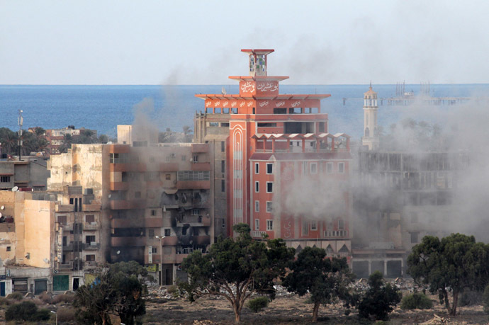 Smoke billows from buildings during an attack by the pro-government Libyan forces on districts held by Islamist militias on November 3, 2014 around the port of eastern Libya's restive city of Benghazi. (AFP Photo)
