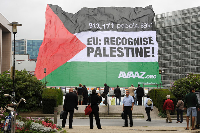 "A Palestinian flag, bearing the slogan: ""EU recognize Palestine"" sponsored by the non-governmental US organization Avaaz.org, flies on Septembre 12, 2011 in front of European Union headquarters during an EU General Affairs Council meeting in Brussels. (AFP Photo/John Thys)"