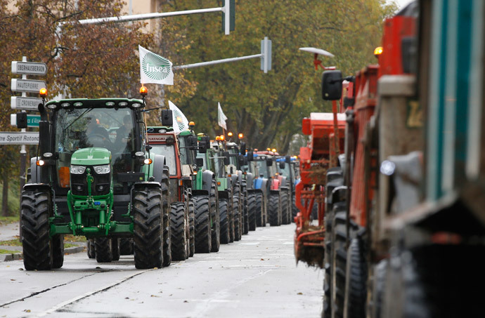 Farmers demonstrate with tractors in Strasbourg, November 5, 2014.(Reuters / Vincent Kessler)