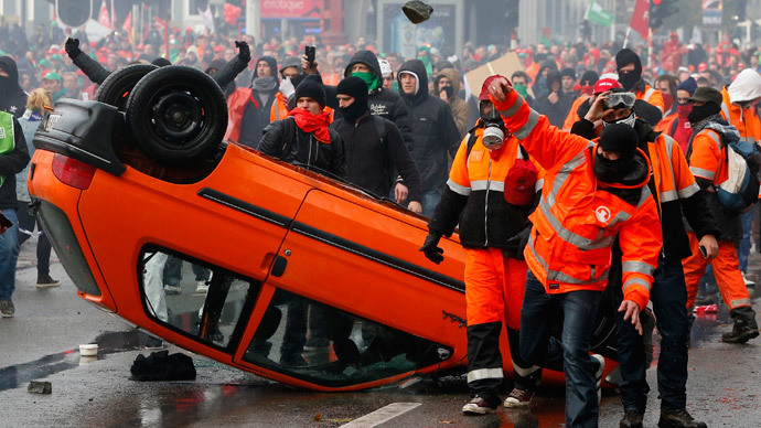 Demonstrators confront riot police in central Brussels November 6, 2014.(Reuters / Yves Herman)
