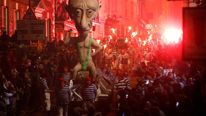 Effigies of Putin, Salmond paraded through southern English town