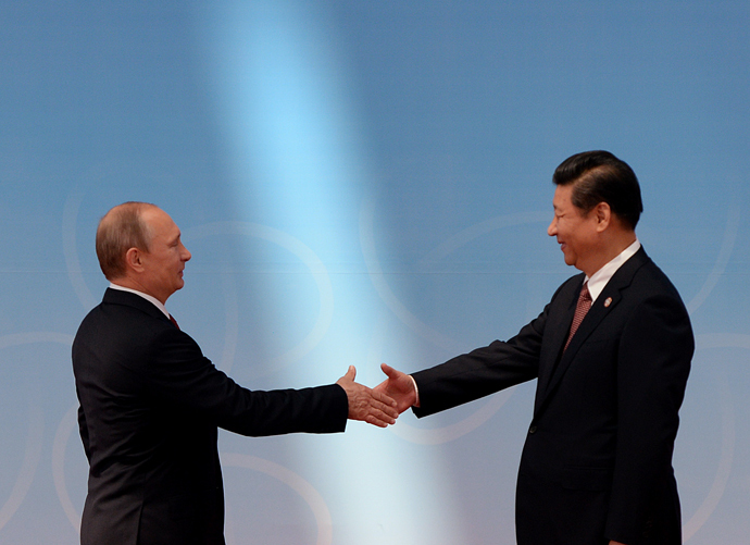 Russian President Vladimir Putin (L) is greeted by Chinese President Xi Jinping (AFP Photo / Pool / Mark Ralston)
