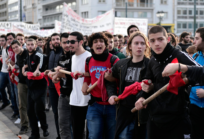 Students form a chain during a march in front of the Greek parliament in central Athens on November 6, 2014 during a students and pupils rally against educational reform, lack of teachers and layoffs of the universities' administrative staff. (AFP Photo / Louisa Gouliamaki)