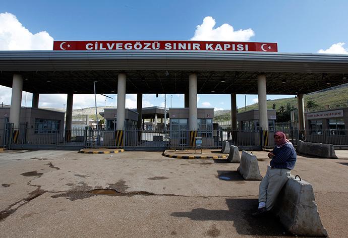 Cilvegozu border gate near the town of Reyhanli on the Turkish-Syrian border in Hatay province (Reuters / Umit Bektas)