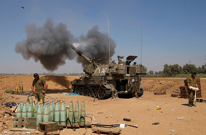 An Israeli mobile artillery unit fires towards the southern Gaza (Reuters / Baz Ratner)