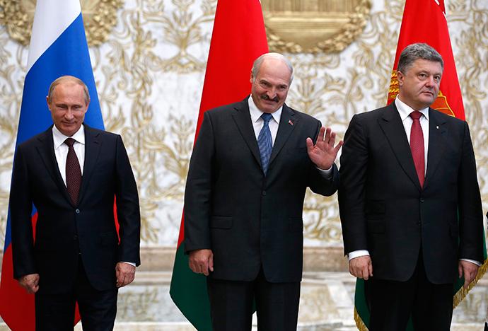 (L-R) Russia's President Vladimir Putin, Belarus' President Alexander Lukashenko and Ukraine's President Petro Poroshenko pose for a family photo during their meeting in Minsk, August 26, 2014 (Reuters / Grigory Dukor)