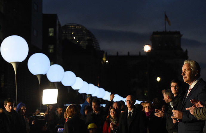 Berlin's Mayor Klaus Wowereit (R) attends the start of the light installation Lichtgrenze (Light border) on the course of the former Berlin wall in Berlin on November 7, 2014. (AFP Photo/Tobias Schwarz)
