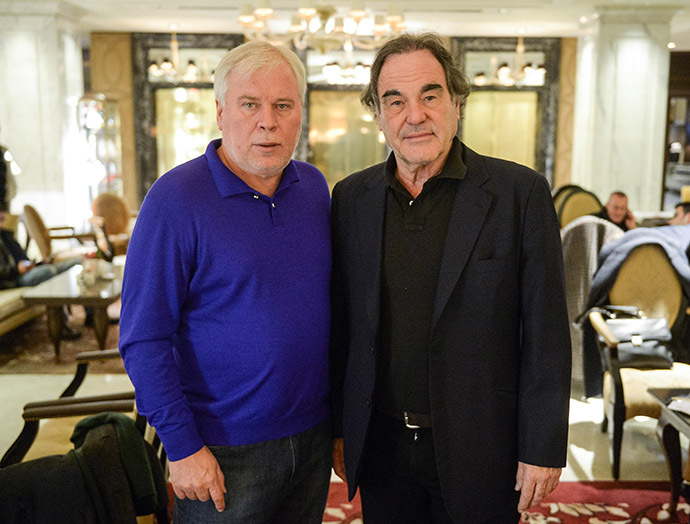 Edward Snowden's lawyer Anatoly Kucherena (L ) and American director Oliver Stone (R ) posing after interview in Moscow. (RIA Novosti/Grigoriy Sisoev)