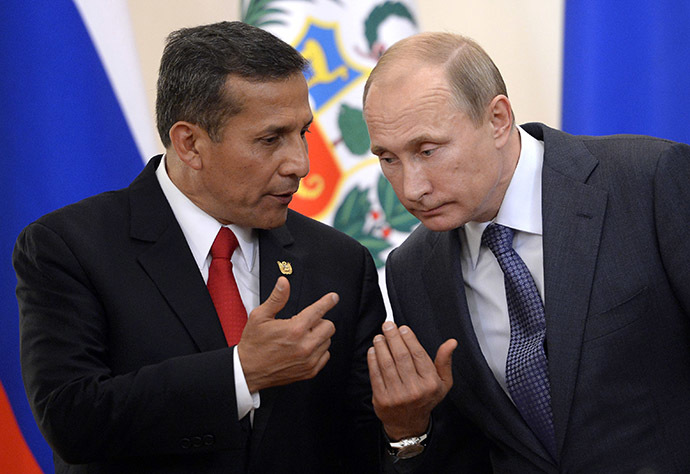 Russian President Vladimir Putin (R) and his Peruvian counterpart Ollanta Humala speak during a signing ceremony in Putin's residence in Novo-Ogaryovo outside Moscow on November 7, 2014. (AFP Photo/Alexander Nemenov)