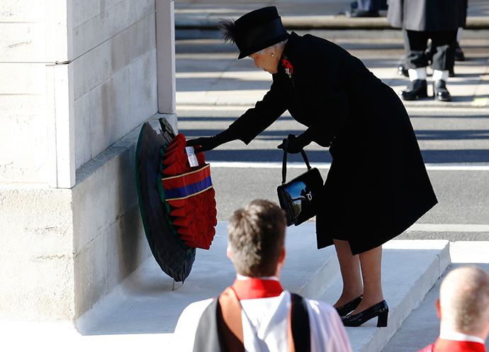 Britain's Queen Elizabeth lays a wreath during the annual Remembrance Sunday ceremony at the Cenotaph in London November 11, 2012 (Reuters / Luke MacGregor)