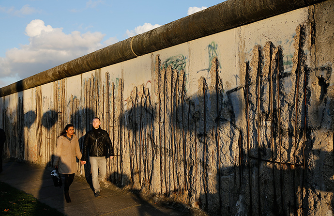People walk in front of the former Berlin Wall in Bernauer Strasse in Berlin (Reuters / Fabrizio Bensch)
