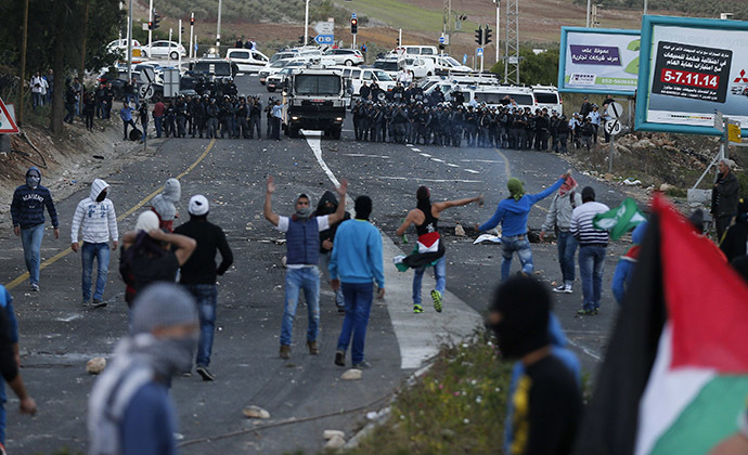 Israeli Arab youths clash with Israeli police at the entrance to the town of Kfar Kanna, northern Israel, November 8, 2014. (Reuters/Ammar Awad)