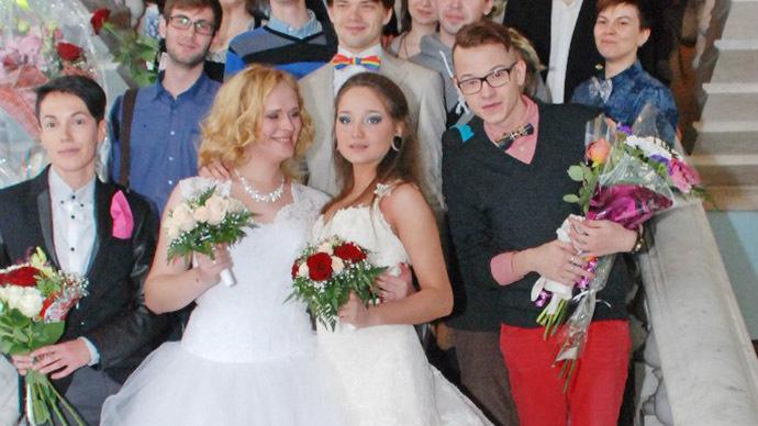 Irina Shumilova and Alyona Fursova at the wedding registry office surrounded by their friends. Photo courtesy of Irina Shumilova (VK.com)