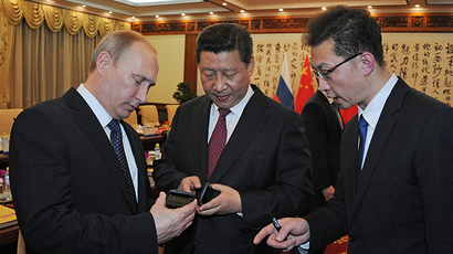 Smart-gift: Putin presents Chinese leader with dual-screen YotaPhone
