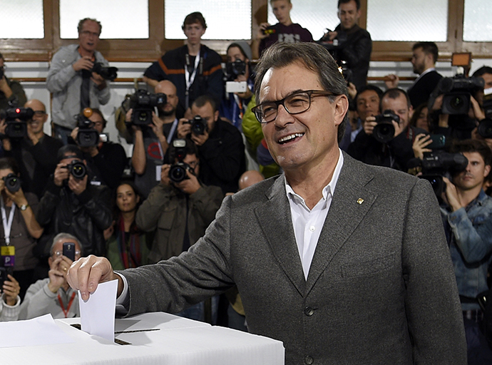 The president of Catalonia's regional government, Artur Mas, casts his ballot on November 9, 2014 in Barcelona in a symbolic vote on whether to break away as an independent state, defying fierce challenges by the Spanish government. (AFP Photo / Lluis Gene)