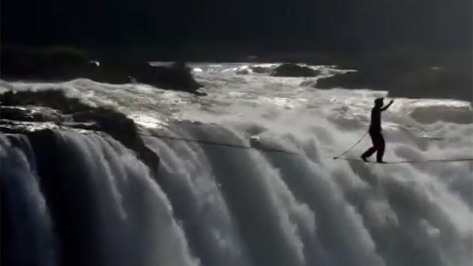 Daredevil wire-walkers cross Victoria Falls (VIDEO)