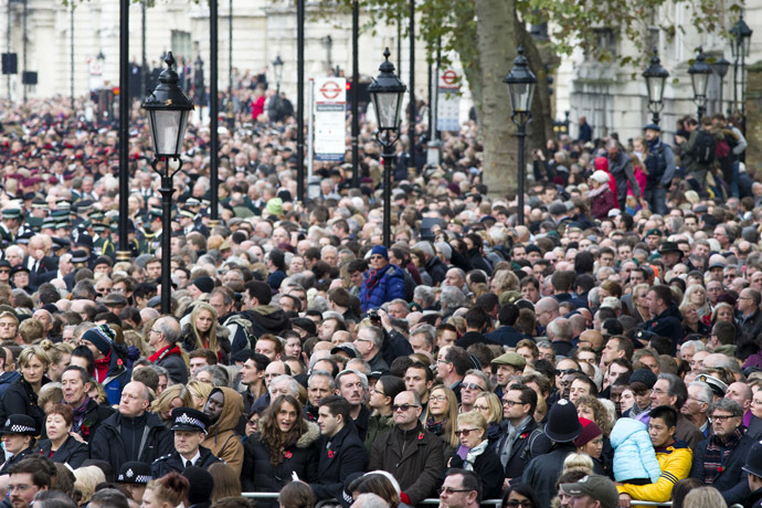 Members of the public throng Whitehall to get a view of the Remembrance Sunday ceremony in central London on November 9, 2014. (AFP Photo/Justin Tallis)
