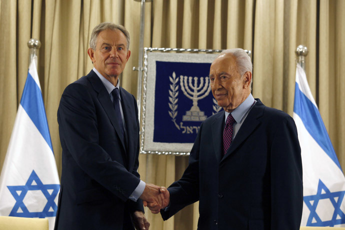Israeli President Shimon Peres (R) shakes hand with Tony Blair, Special Envoy of the Quartet on the Middle East, at the start of their meeting to push for an end to the violence in Gaza on November 19, 2012. (AFP Photo)