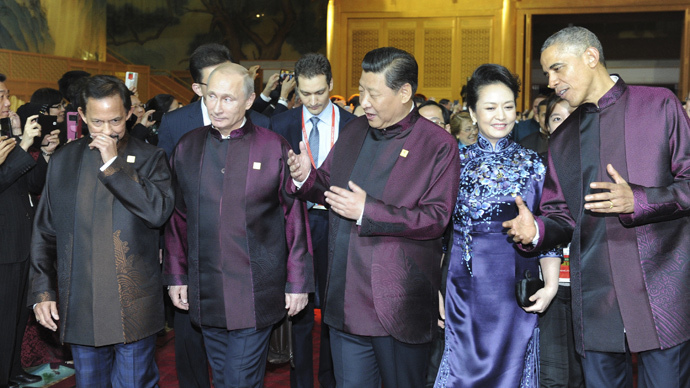 Brunei's Sultan Hassanal Bolkiah (L-R), Russia's President Vladimir Putin, Chinese President Xi Jinping, his wife Peng Liyuan and U.S. President Barack Obama arrive for a dinner hosted by the Chinese President at the Asia Pacific Economic Cooperation (APEC) summit in Beijing, November 10, 2014. (Reuters / Mikhail Klimentyev / RIA Novosti / Kremlin)