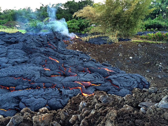 This image provided by the US Geological Survey (USGS) shows minor breakouts of lava from the Kilauea volcano in Pahoa, Hawaii on the afternoon of Thursday, October 30, 2014. (AFP Photo/US Geological Survey)
