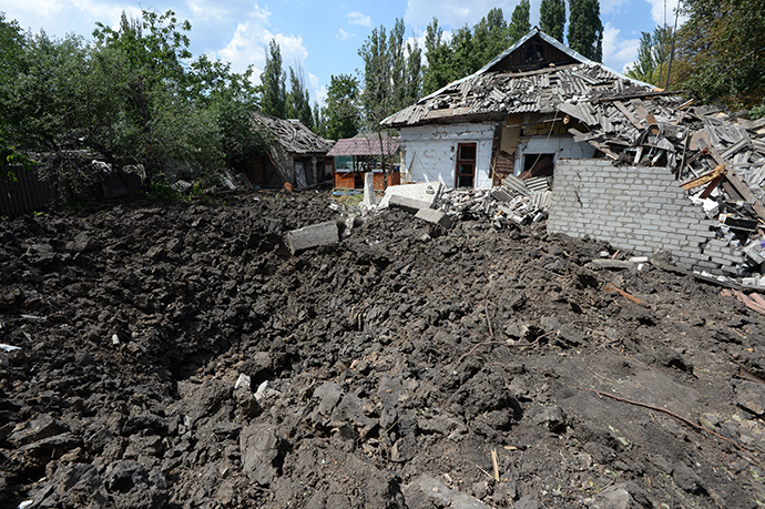 The aftermath of the Ukrainian military's aerial bombing of Shakhtyirsk (Reuters / Mikhail Voskresenskiy)