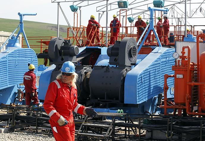 People work at Chevron's drilling site (Reuters / Bogdan Cristel)