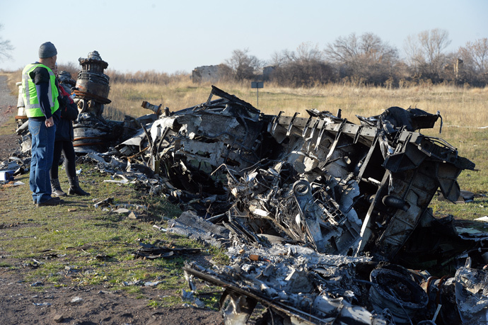 OSCE experts examine the crash site of the Boeing aircraft of Malaysia Airlines Flight 17 (MH17/MAS17) from Amsterdam to Kuala Lumpur. (RIA Novosti / Alexey Kudenko)