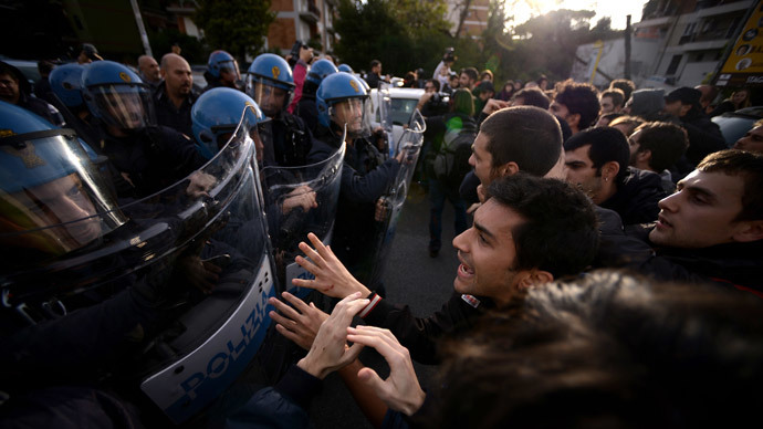 Students clash with the police as they protest against Bce President Mario Draghi's visit to the faculty of economics of Rome's University on November 12, 2014. (AFP Photo / Filippo Monteforte)