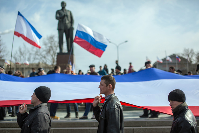 People take part in a rally supporting the referendum on the status of Crimea on the square in front of the Council of Ministers in Simferopol (RIA Novosti / Andrey Stenin)