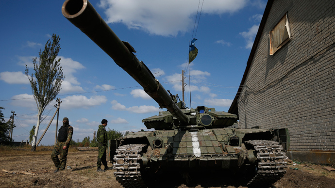 Ukrainian soldiers stand next to a tank near the eastern city of Donetsk (Reuters / David Mdzinarishvili)