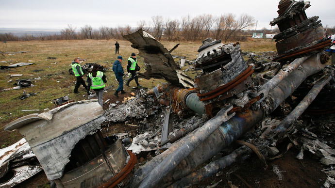 Dutch investigators and an Emergencies Ministry member work at the site where the downed Malaysia Airlines flight MH17 crashed, near the village of Hrabove (Grabovo) in Donetsk region, eastern Ukraine November 16, 2014.(Reuters / Maxim Zmeyev)
