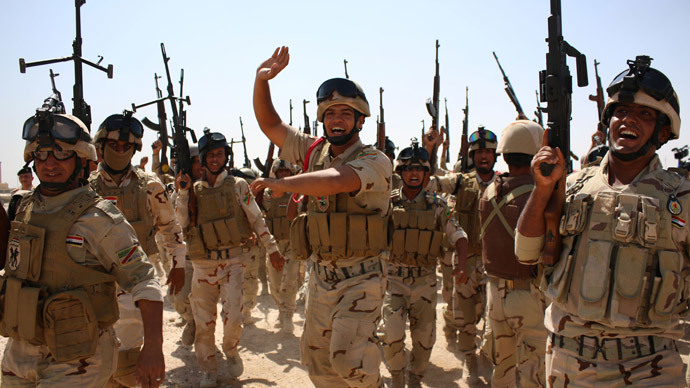 Iraqi soldiers brandish their weapons during a military training exercise in the mainly Shiite southern city of Basra on September 14, 2014.(AFP Photo / Haidar Mohammed Ali)