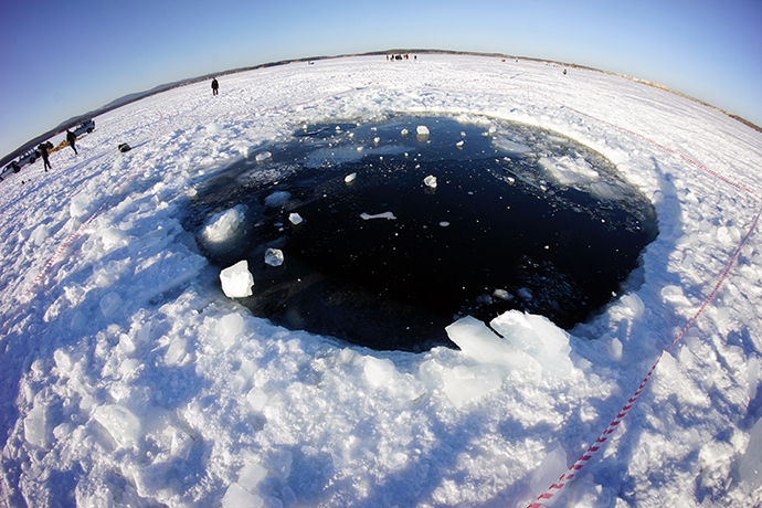 An ice hole in Lake Chabarkul, Chelyabinsk Region, where pieces of a meteorite could allegedly fall December 15, 2013 (RIA Novosti)